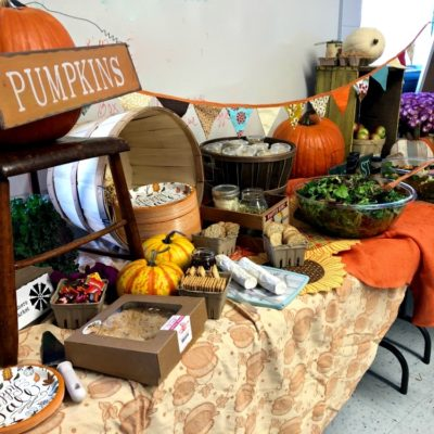 Fall Farmers Market School Appreciation Lunch #farmersmarketlunch #farmersmarketparty #teacherappreciationlunch #fallpartyideas #harvestparty