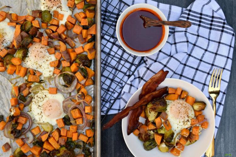 Sheet Pan Egg and Veggie Breakfast with Maple Sriracha Syrup #sheetpanbreakfast #sheetpaneggs #bakedeggs #maplesrirachasyrup #maplesriracha